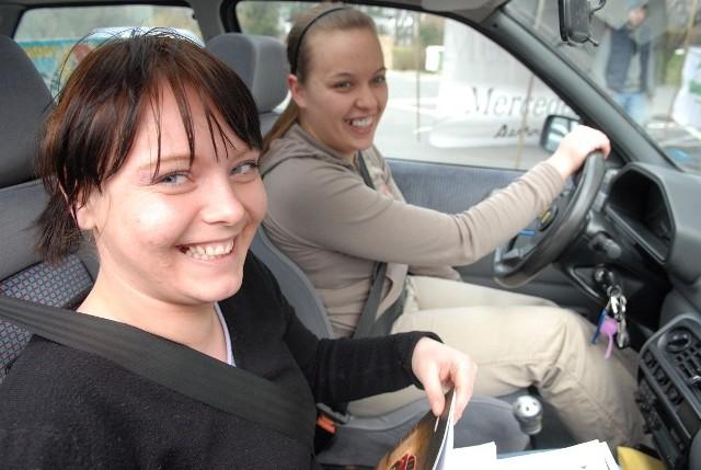 Czy kobiety lepiej radzą sobie za kierownicą niż mężczyźni? Z badań wynika, że panie jeżdżą ostrożniej i mają mniejszą skłonność do ryzykownych zachowań na drodze.