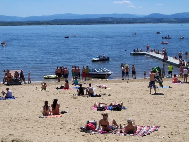 Nyski Sanepid wydał w środę komunikat, że woda w jeziorze nyskim na terenie kąpieliska Nyskiego Ośrodka Rekreacji w Skorochowie nie nadaje się do kąpieli.