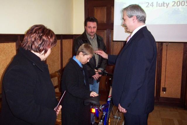- Takie zachowania warto nagłaśniać, warto o nich mówić i stawiać je jako wzór - mówił burmistrz Trzebiatowa podczas uroczystego nagradzania Mateusza i jego rodziców.