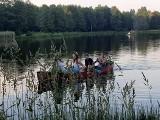 Na zalewem w Czarnej witali lato. Było wicie wianków, tańce, śpiewy, ognisko i nie tylko [ZDJĘCIA]