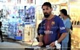 Leo Messi sprzedaje papierosy na bazarze? Nie tylko palacze są w szoku!