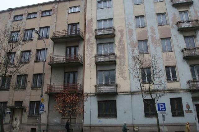 Podpis: Te dwie kamienice przy ulicy Paderewskiego 10 i 12 na razie nie zostaną ani wyburzone ani wyremontowane. Fot. Łukasz Zarzycki