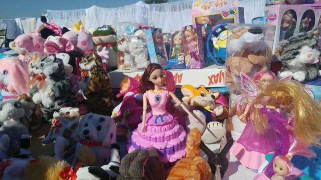 Niedzielna giełda w Rzeszowie to nie tylko sprzedaż samochodów. Znajdziecie tu wszystko. Od zabawek, majtek i flanelowych koszul, przez garnki i patelnie, po stare szafy i drewniane koniki na biegunach. W dodatku zakaz handlu w niedzielę tu nie obowiązuje.WIDEO: Inauguracja fontanny multimedialnej w Rzeszowie