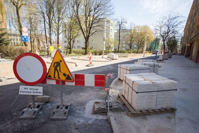 Zarząd Infrastruktury Miejskiej informuje, że w związku z zakończeniem wykonania pierwszych dwóch warstw bitumicznych jezdni ulicy Mostnika udrożniono przejazd na skrzyżowaniu ulic Mostnika i Łukasiewicza wraz z odcinkiem ulicy do Starego Rynku.