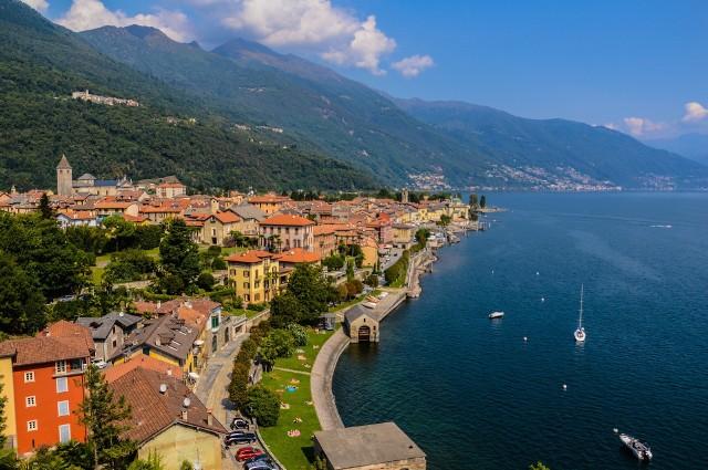 Lago Maggiore to malownicze jezioro położone na granicy Szwajcarii i Włoch. Choć wspaniałe widoki i łagodny klimat przyciągają wielu turystów, najwyraźniej brakuje ludzi, którzy chcieliby tu mieszkać. Według serwisu Insider miejscowość Monti Scìaga oferuje piękne, stare, kamienne domy za mniej niż 1 euro w nadziei przyciągnięcia nowych mieszkańców.Warunkiem taniego zakupu jest przeprowadzenie remontu, który nie naruszy historycznego charakteru budowli. Oferta tanich domów ma też na celu reklamę miejscowości i zwiększenie liczby przyjeżdżających w te rejony turystów.
