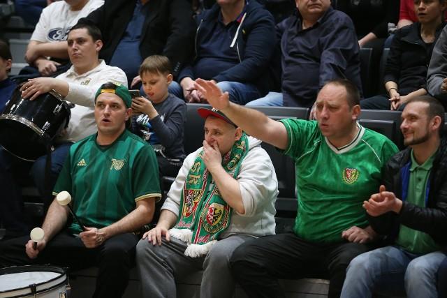 Pełna hala na derbach! [ZDJĘCIA KIBICÓW]WKK - Śląsk Wrocław 80:93. Pełna hala na derbach! [ZDJĘCIA KIBICÓW, 23.03.2019]. Około 600 osób oglądało w sobotę koszykarskie derby Dolnego Śląska między WKK a FutureNet Śląskiem Wrocław. Mecz cieszył się takim zainteresowaniem, że przed spotkanie wyprzedano wszystkie bilety, a hala przy ul. Czajczej wypełniła się do ostatniego miejsca. Jak widać - we Wrocławiu wciąż jest klimat na koszykówkę. BYŁEŚ NA DERBACH WROCŁAWIA? ZNAJDŹ SIĘ NA ZDJĘCIU!DO KOLEJNYCH ZDJĘĆ MOŻNA PRZEJŚĆ ZA POMOCĄ GESTÓW LUB STRZAŁEK