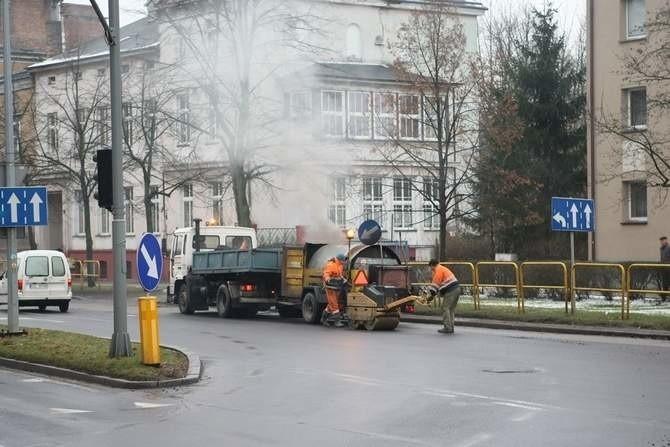 Drogowcy łatają dziury w Słupsku.  Niestety, dziur wciąż przybywa.