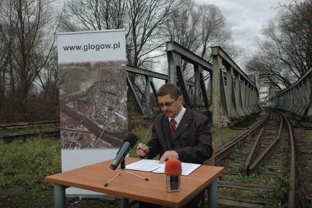 Prezydent Jan Zubowski porozumienie z koleją na temat dzierżawy mostu podpisał już prawie roku temu. Czy rzeczywiście na torach uda się zbudować drogę dla samochodów?