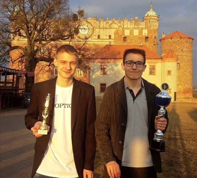 """Dwaj """"kasprowiczanie"""", którzy świetle wypadli w Olimpiadzie Wiedzy Historycznej (od lewej): Filip Głowacki i Bartosz Lusiak"""