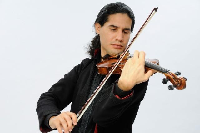 Jednym z członków tria jest Oscar Bohorquez, skrzypek grający w najbardziej prestiżowych salach koncertowych na świecie