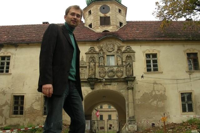 Aleksander Devosgues-Cuber, dyrektor muzeum w Głogówku na tle zamku.
