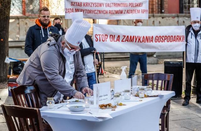 Cała gastronomia od wielu tygodni protestuje przeciwko wprowadzanym przez rząd obostrzeniom, a zwłaszcza formie ustanawiania zakazów: z dnia na dzień, bez konsultacji z nikim, a już na pewno nie z przedstawicielami branży. A branża ta należy do najbardziej sponiewieranych przez pandemię.