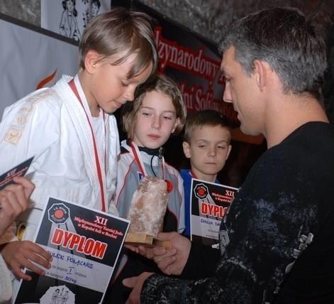 Julek Połącarz (z lewej) odebrał nagrodę z rąk mistrza olimpijskiego Pawła Nastuli.