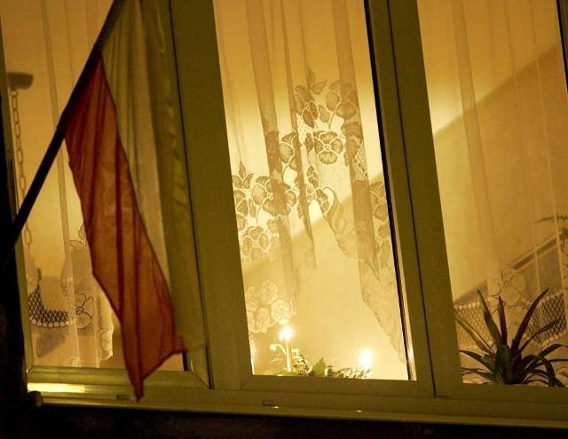 Kanonizacja Jana Pawła II: Polacy wywieszają flagi w oknach