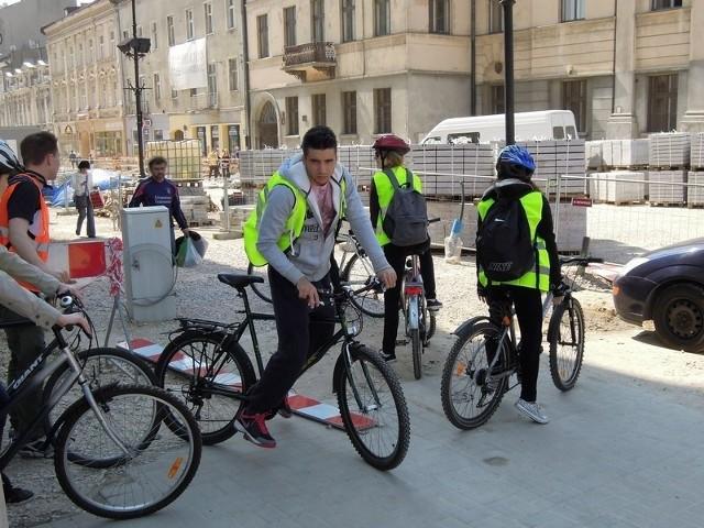 Przez remontowany odcinek ul. Piotrkowskiej ciężko przejechać nawet rowerem.