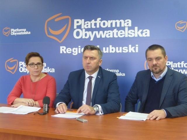 Posłanka Krystyna Sibińska (od lewej), senator Waldemar Sługocki i poseł Tomasz Kucharski, podczas konferencji prasowej zorganizowanej przez PO.
