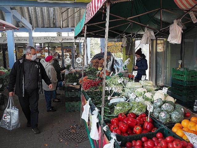 W sprzedaży jest coraz więcej polskich owoców i warzyw. Można np. kupić krajowe truskawki uprawione w foliowych tunelach. Ceny krajowych produktów są jednak wyższe niż importowanych, choć polskie owoce i warzywa mają tanieć.Dużym zainteresowaniem cieszą się truskawki, klienci dopytują o owoce wyhodowane w kraju. Można je kupić, ale na razie jest ich niewiele i są droższe od importowanych.Czytaj dalej