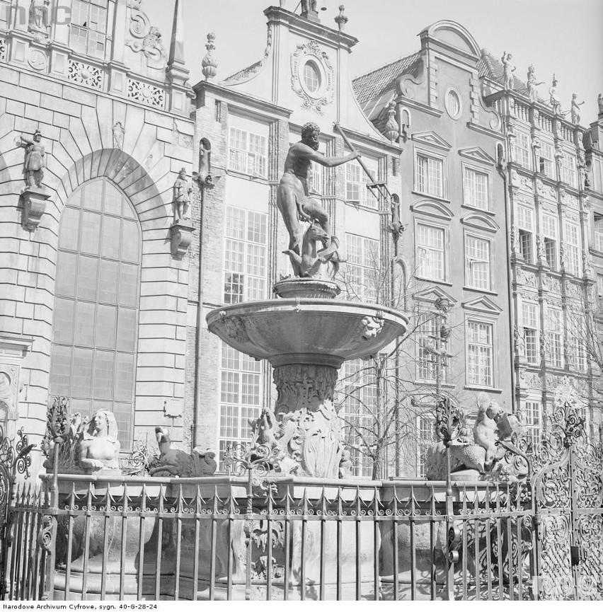 Zabytkowe kamienice przy placu Długi Targ. Z prawej fragment...
