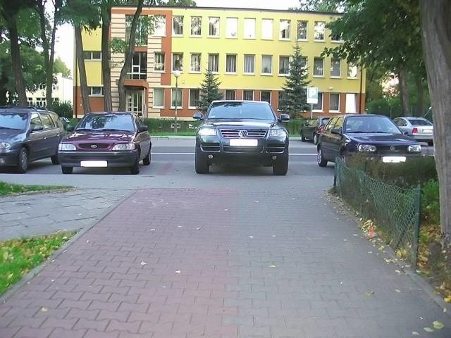 To miejsce parkingowe odznacza się od innych, ale - jak widać na załączonym obrazku - nie wszyscy kierowcy wiedzą co to ma oznaczać.