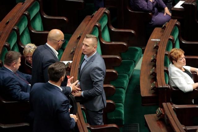 Wyciek danych osobowych ponad 20 tysięcy polskich funkcjonariuszy publicznych. Senator Koalicji Obywatelskiej interweniuje