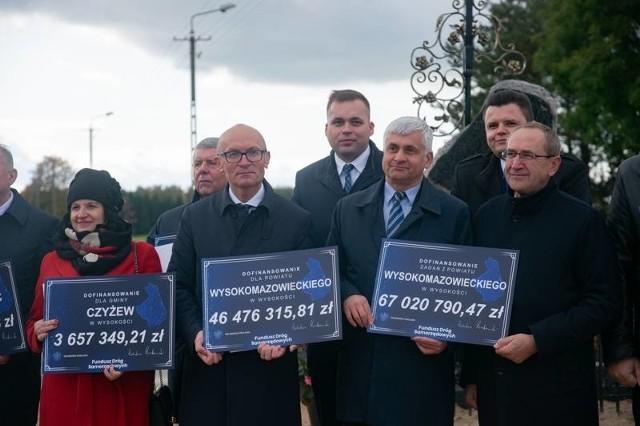Wręczenie czeków na dofinansowanie rozwoju powiatu i podległych mu gmin było częścią uroczystego otwarcia nowo wyremontowanej drogi powiatowej.