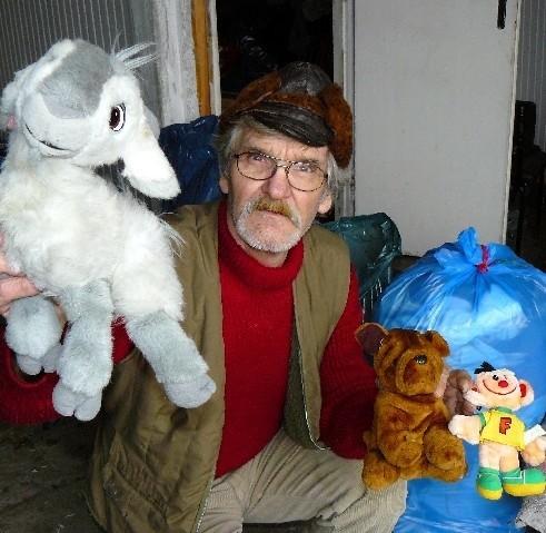- Mamy cały worek takich pluszaków. Rozdamy je dzieciom podczas mikołajkowego festynu - mówi Bogdan Lekler ze stowarzyszenia Przytulisko.