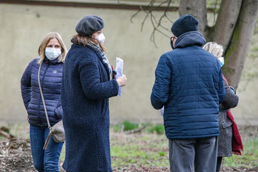 W szpitalach przebywa blisko 13,5 tysiąca osób zakażonych...