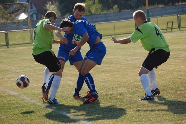Po dziewięciomiesięcznej przerwie w rozgrywkach drużyna Crasnovi (zielono-czarne stroje) pokonała na swoim boisku beniaminka 2-0.