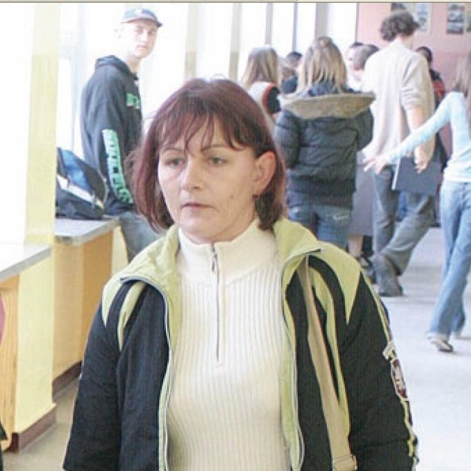 Renata Materak, mama drugoklasisty Pawła, patroluje korytarz podczas przerwy w usteckim gimnazjum.