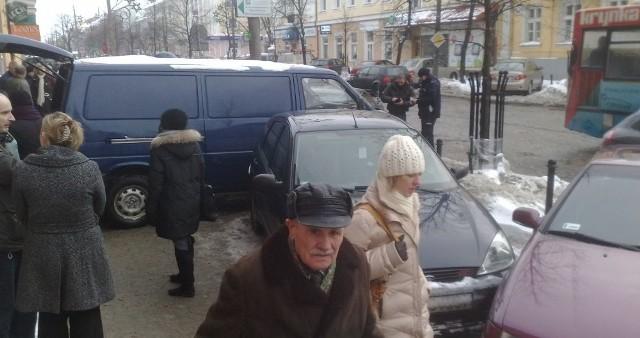Samochody przed transporterem też są uszkodzone - relacjonuje nasz fotoreporter