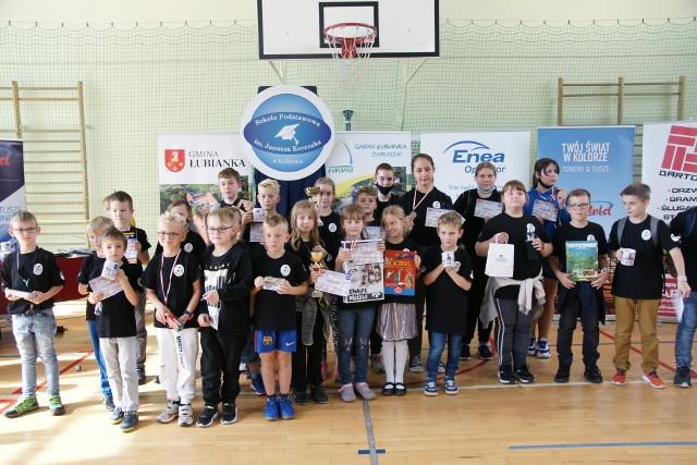 Ponad 80 dzieci i młodzieży wzięło udział w inauguracyjnym turnieju piątej edycji Enea Operator Międzyszkolnej Ligi Szachowej, który odbył się w Łubiance.Aby zobaczyć zdjęcia z turnieju prosimy przesuwać palcem po ekranie smartfonu lub strzałkami w komputerze>>>