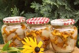 Tradycyjne grzyby marynowane - prosty przepis. Babcine grzyby marynowane z cebulą w occie. Co wiedzieć o marynowaniu grzybów? 12.10.2021