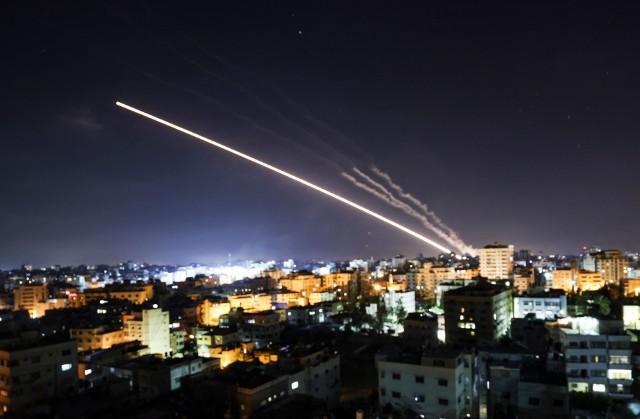 Strefa Gazy. Zobacz jak Izrael w ataku rakietowym zniszczył budynek w którym biura miały m.in. Al Jazeera i Associated Press [WIDEO]