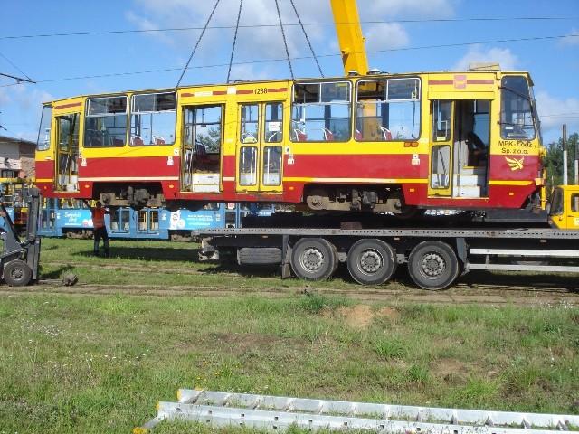 Wysłużony tramwaj po raz ostatni wyjeżdża z zajezdni Telefoniczna. Tym razem na lawecie.
