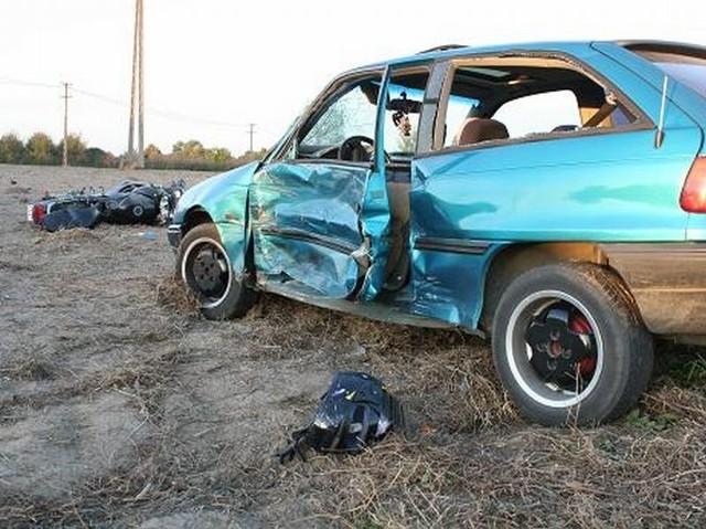 Według wstępnych ustaleń policji do wypadku doszło, gdy motor wyprzedzał samochód.