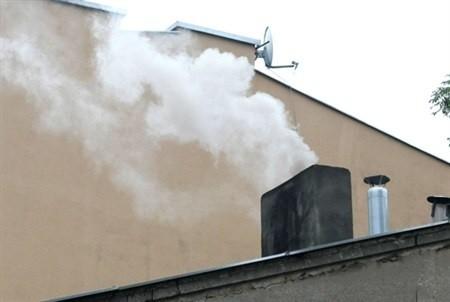 Dym z kominaBiałe Błota: tyle pieców ile mieszkań! Lokatorzy ogrzewają się sami