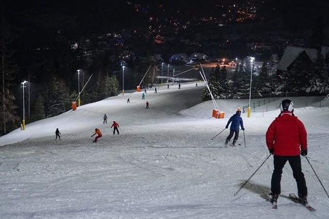 Beskidzkie stoki, jak ten w Szczyrku Mountain Resort, oferują szusowanie w godzinach wieczornych. A to ma swój klimat