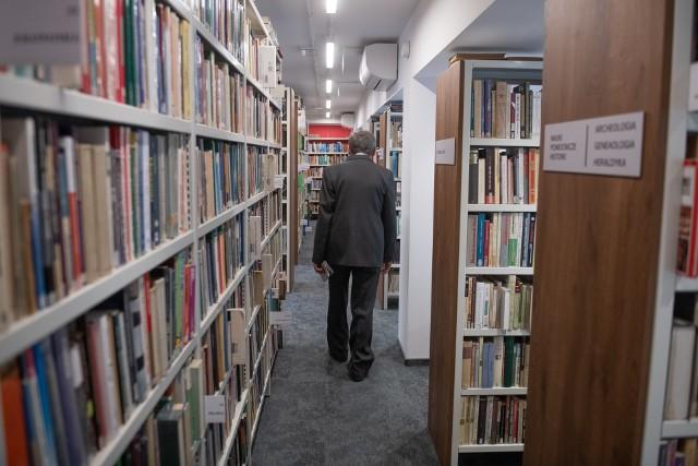 """Akcja """"Czytanie bez barier"""" skierowana jest osób z niepełnosprawnościami i ich opiekunów, którzy z racji niepełnosprawności i gorszego stanu zdrowia nie mogą przybyć do filii osobiście. Teraz w dostępie do książek, ale również audiobooków czy filmów, będą pomagać im pracownicy biblioteki, dostarczając im do domu wybrane pozycje."""