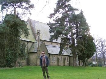 Zdjęcie przedstawia Pawła, w tle XVIII-wieczny anglikański kościół w Horncastel przy Spilsby Road. Fot. Z archiwum Pawła Serafina