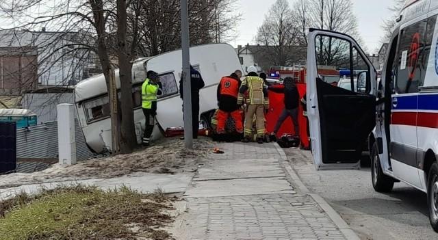 Śmiertelny wypadek w Czersku w piątek, 9.04.2021 r. Kobieta została przygnieciona przyczepą kempingową