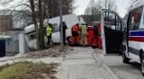 Śmiertelny wypadek w Czersku. 9.04.2021 r. Na kobietę, która szła chodnikiem, wjechała przyczepa kempingowa. Sprawę bada policja