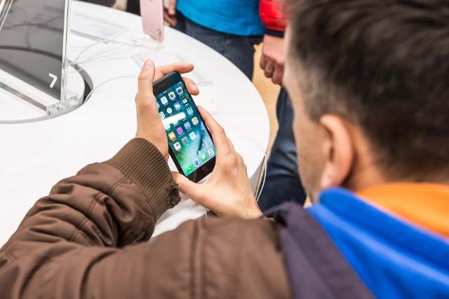 W niewinnym SMS może kryć się podstęp oszustów, którzy chcą wyłudzić dostęp do danych albo wprowadzić do telefonu wirusa.