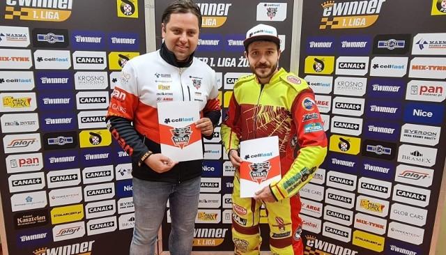Vaclav Milik z Michałem Finfą po podpisaniu umowy na starty w Wilkach Krosno