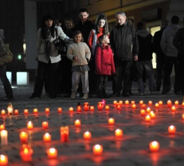 Tak opolanie uczcili ofiary tragedii we wtorek pod ratuszem.