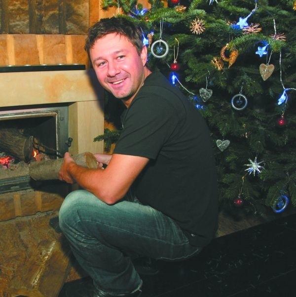 Nie ma jak cała rodzina przy choince i przy kominku - śmieje się Andrzej, dokładając drew do ognia