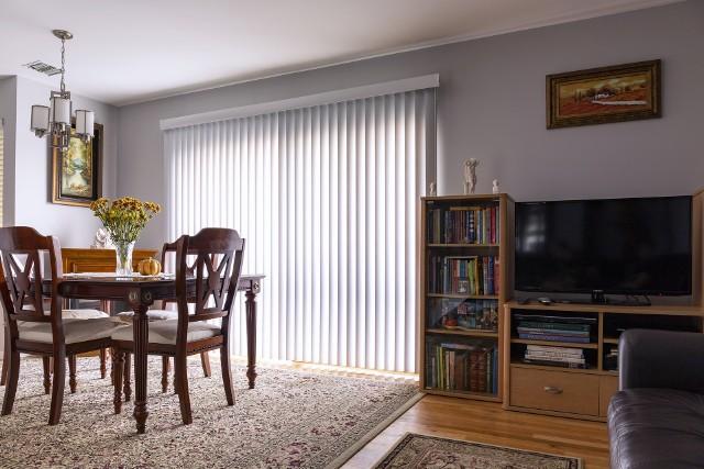 Żaluzje pionoweŻaluzje z lamelami wiszącymi pionowo dają niezwykle dużo możliwości dostosowania ilości światła wpadającego do pomieszczenia. Współczesne żaluzje pionowe można wykonać z fotodrukiem.