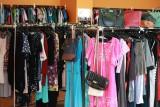 Po letnie sukienki i kostiumy kąpielowe przychodzą łodzianie do sklepu z używaną odzieżą przy ul. Piotrkowskiej