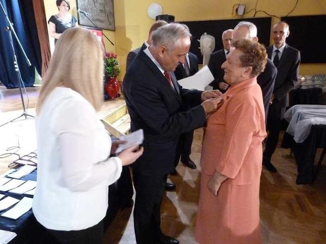 Medale jubilatom wręczał Andrzej Wzorek, burmistrz Zawichostu.