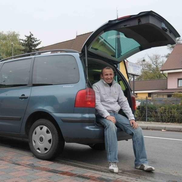 - Do auta wejdzie siedem osób i zostanie jeszcze miejsce na bagaż - mówi Adrian Elias.