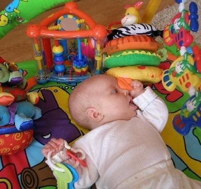 Mała Gabrysia z Łomży poznaje świat ustami. Zabawki dla niej nie powinny mieć drobnych, łatwych do połknięcia elementów.